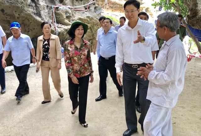 Đoàn công tác đi thăm Chùa Hang