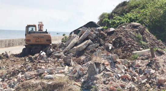 Đống đất, đá thải xây dựng đổ trái phép tại Hang Cò