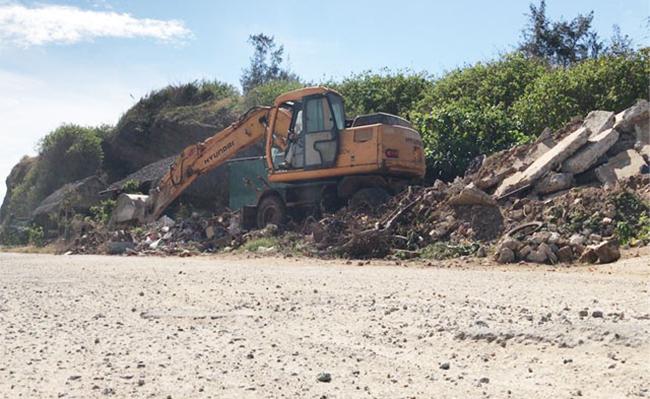 Phương tiện đang xê dịch một phần đất, đá thải xây dựng vào phía trong