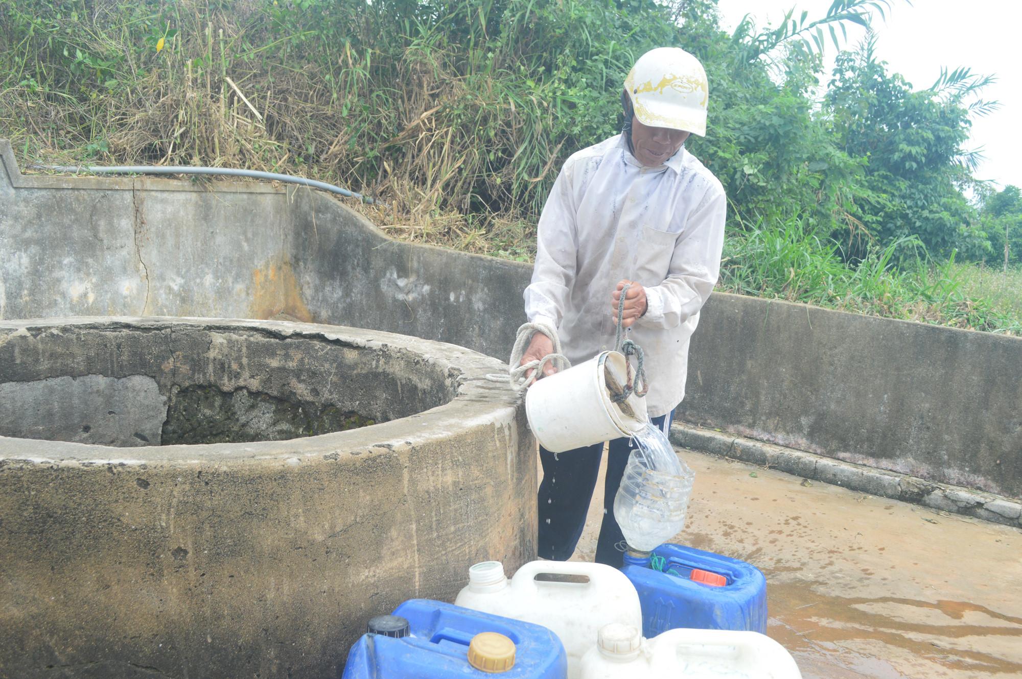 Nhiều người lấy nước giếng Xó La bán lại cho người dùng