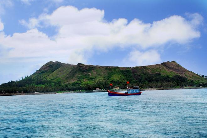 Miệng núi lửa còn nguyên vẹn trên đỉnh Thới Lới, huyện đảo Lý Sơn, nhìn từ phía biển.