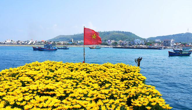 Huyện đảo Lý Sơn nhìn từ phía biển.