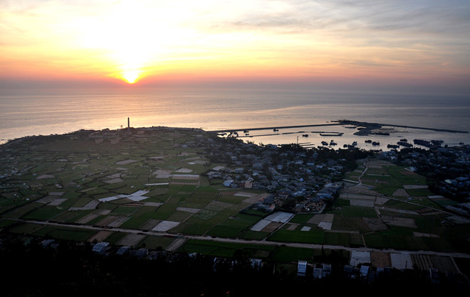 Bình minh trên huyện đảo Lý Sơn.