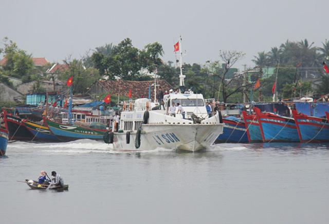 Tàu khách trên đường cập cảng Sa Kỳ.