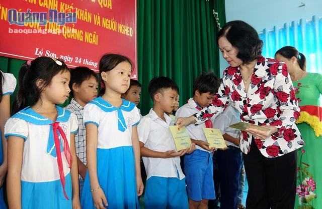 Ủy viên Bộ Chính trị, Bí thư TƯ Đảng, Trưởng Ban Dân vận TƯ Trương Thị Mai tặng quà cho học sinh đất đảo