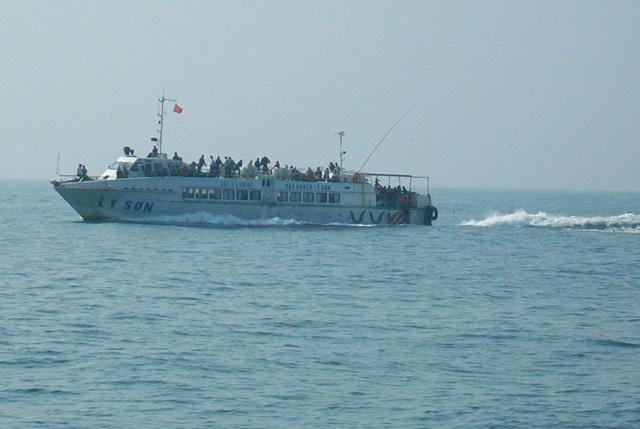 Tàu cao tốc Lý Sơn trên đường đưa khách vào đất liền.