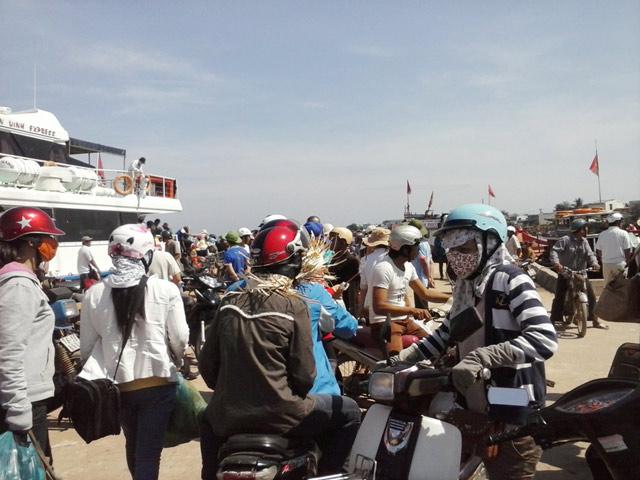 Hành khách đang chuẩn bị xuống tàu để vào đất liền ở tại cầu cảng Lý Sơn.