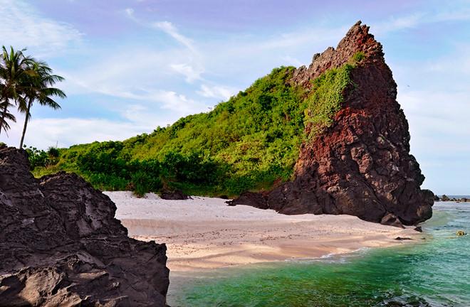 Thắng cảnh Hòn Đụn, trầm tích núi lửa độc đáo ở xã An Bình (đảo Bé), huyện Lý Sơn. Ảnh: Minh Hoàng.