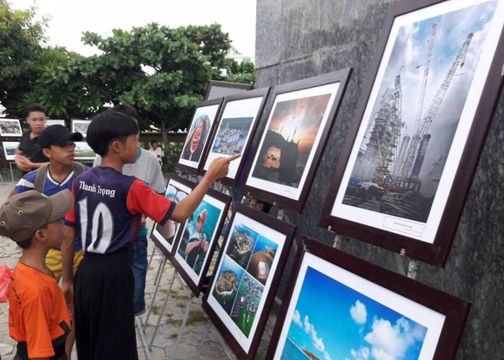 Triển lãm ảnh thu hút sự quan tâm của các em học sinh huyện đảo Lý Sơn