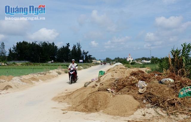 Đất thải nông nghiệp đổ tràn cả ra đường, gây cản trở giao thông và mỹ quan
