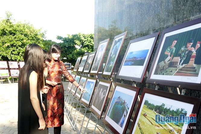 """Triển lãm ảnh chủ đề """"Biển đảo và con người Quảng Ngãi"""" tại huyện đảo Lý Sơn."""