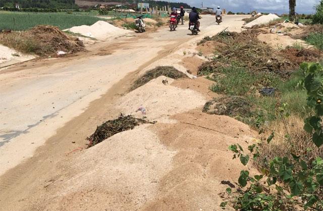 Đất thải nông nghiệp đổ khắp ven đường đi