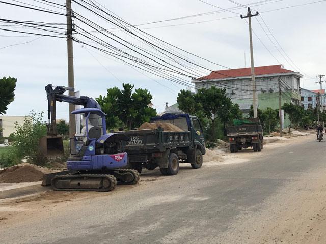 """Xử lý """"nóng"""" đất thải nông nghiệp tại tuyến đường chính ở trung tâm huyện Lý Sơn"""