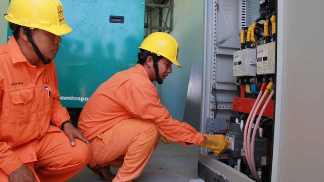Nhân viên công ty điện kiểm tra đóng điện năng lượng mặt trời
