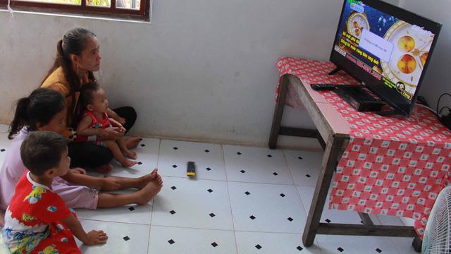 Người lớn, trẻ con sung sướng xem tivi từ nguồn điện năng lượng mặt trời