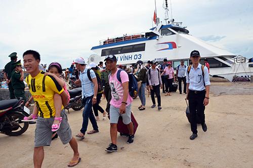 Du khách đặt chân đến Lý Sơn từ tàu cao tốc