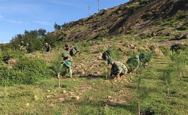 Quân đội đục đá trồng cây trên núi Thới Lới