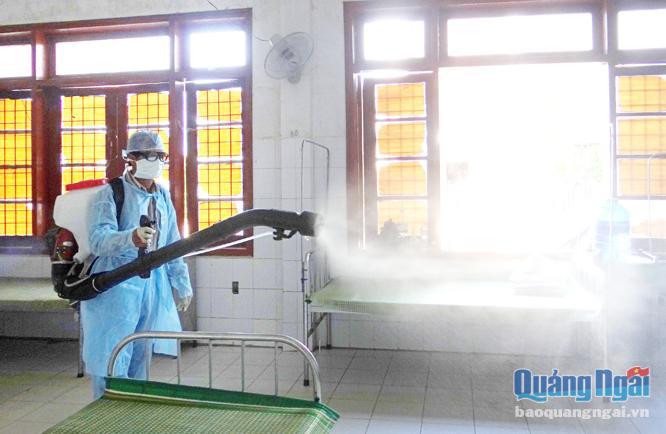 Đội y tế dự phòng phun hóa chất phòng, chống sốt xuất huyết trong khu vực Trung tâm Quân dân y huyện Lý Sơn.