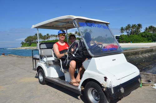 Người dân cho du khách thuê xe tuk tuk để di chuyển trên đảo.