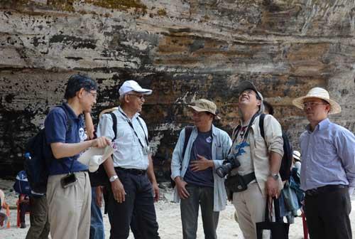 Các nhà khoa học quốc tế khảo sát địa chất tại hang câu