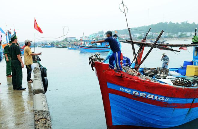 Ngư dân Quảng Ngãi đưa tàu về cảng Tịnh Kỳ (TP Quảng Ngãi) tránh bão số 10.