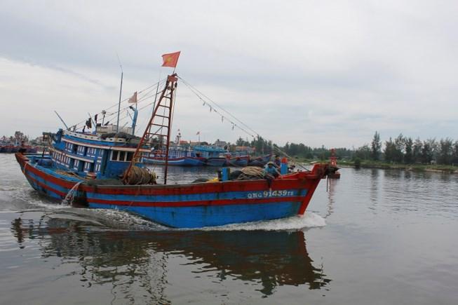 Tàu thuyền vào neo đậu bên trong cửa biển Sa Kỳ (Quảng Ngãi) chiều 13-9.