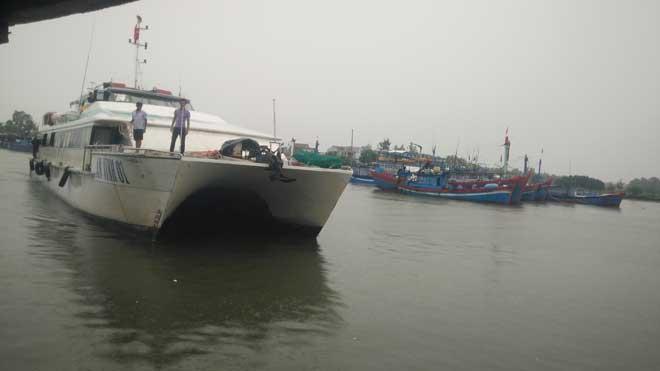 Tàu khách An Vĩnh 01 đưa thai phụ Dương Thị Thu vào đất liền