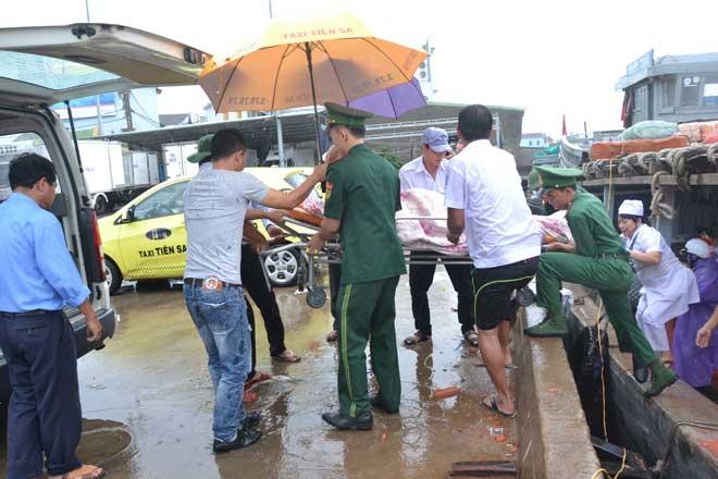 Xe cứu thương, băng ca được di chuyển về tàu khách cao tốc để đưa thai phụ Dương Thị Thu lên tàu