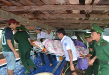 Chị Thu được đưa từ tàu khách cao tốc lên xe cứu thương