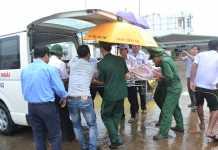 Y, bác sĩ và xe cứu thương của Bệnh viện đa khoa Quảng Ngãi ứng trực tại cảng Sa Kỳ kịp thời đưa sản phụ Thu lên bệnh viện cấp cứu