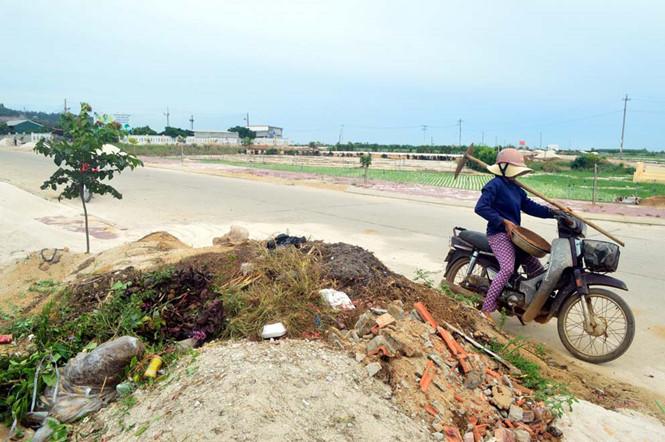 Đất, cát thải đổ bừa bãi ở Lý Sơn