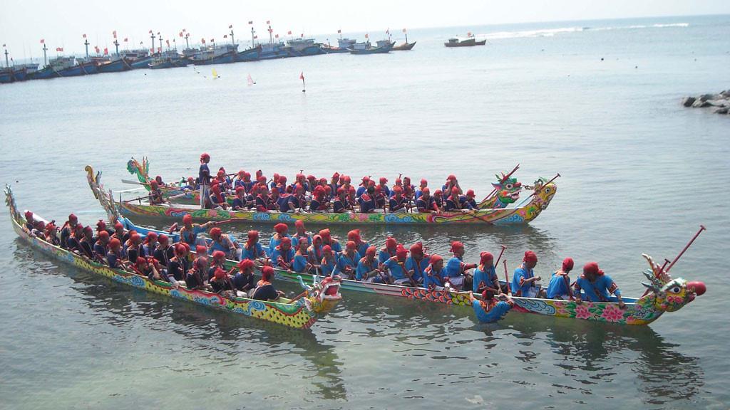 Đua thuyền trên đảo Lý Sơn