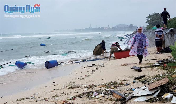 """Những lồng bè nuôi tôm hùm, cá bớp trị giá lên đến tiền tỷ, nhưng người dân Lý Sơn lại """"chủ quan"""" đặt giữa biển trong mùa mưa. Ảnh: PV"""