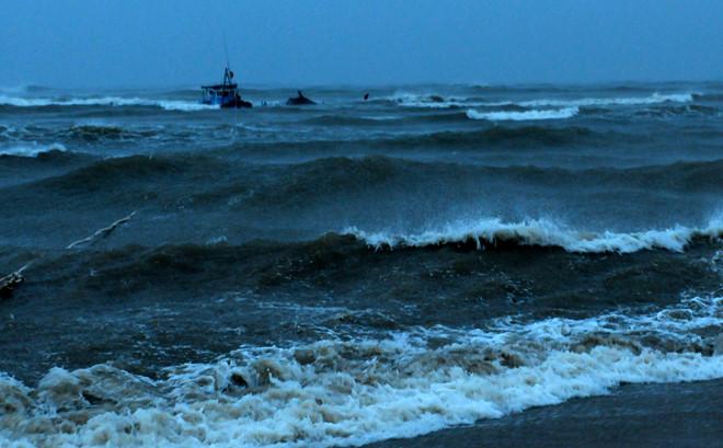 Thời tiết xấu khiến vùng biển Quảng Ngãi biển động liên tục, sóng cao 2-3 m.
