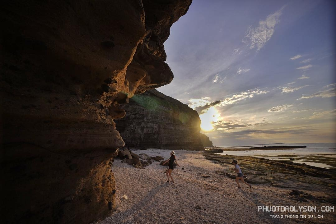 Vách đá hang câu Lý Sơn