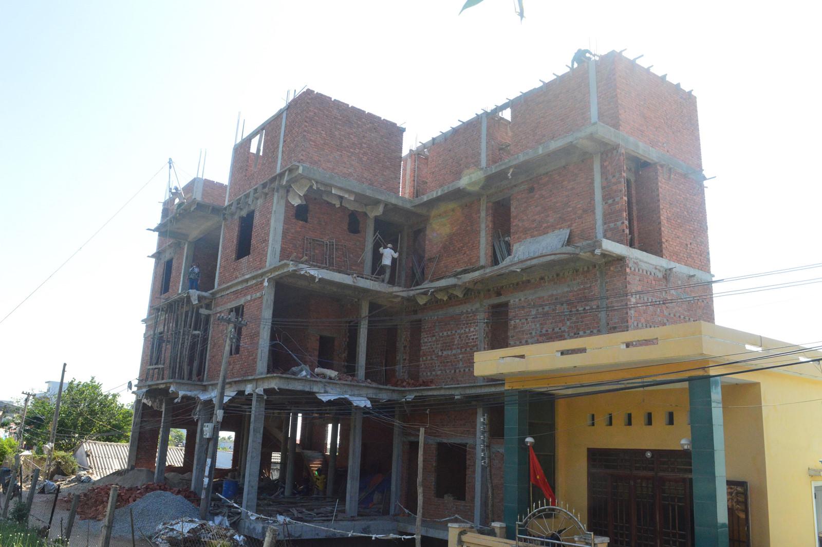 Do buông lỏng quản lý đất đai, xây dựng nên thời gian qua tại đảo Lý Sơn (Quảng Ngãi) mọc lên nhiều công trình xây dựng không phép.