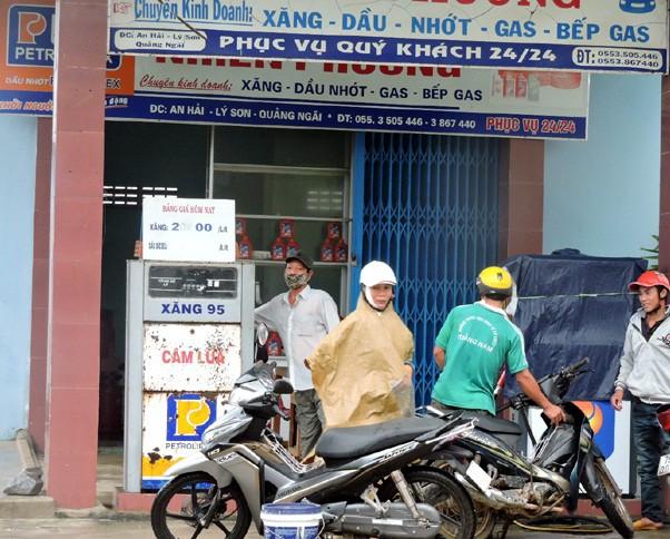 Giá xăng, dầu trên đảo Lý Sơn thường cao hơn giá nhà phân phối quy định do phụ trội tiền vận chuyển.