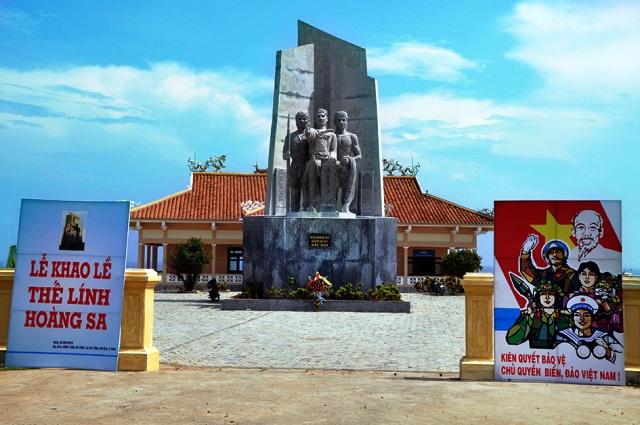 Tượng đài Đội Hoàng Sa kiêm quản Bắc Hải và nhà trưng bày hiện vật Hoàng Sa.