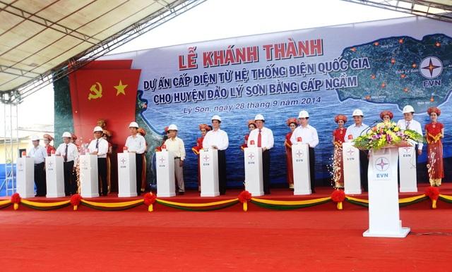 Thủ tướng Chính phủ Nguyễn Tấn Dũng tại buổi lễ khánh thành Dự án cấp điện từ hệ thống điện quốc gia cho huyện đảo Lý Sơn bằng cáp ngầm.