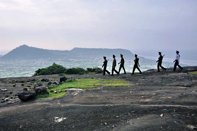 Lực lượng vũ trang phối hợp tuần tra biển đảo Lý Sơn.