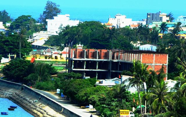 Một trong những công trình sai phép trên huyện đảo Lý Sơn, nguyên nhân do buông lỏng công tác quản lý từ lãnh đạo huyện này