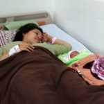Sản phụ Phúc vui mừng bên con gái sơ sinh đầu lòng sau ca phẫu thuật thành công.
