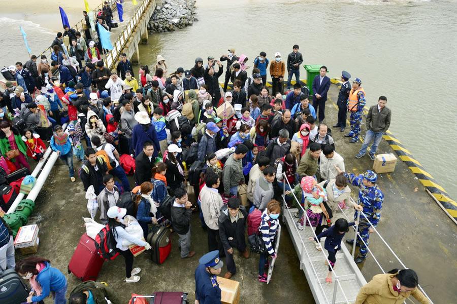 Gần 600 người con Lý Sơn xa xứ lên chiếc tàu Cảnh sát biển 8002 để trở về quê đón Tết cùng gia đình trong chiều cuối năm Ất Mùi - 2015.