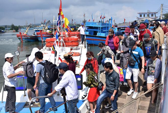 Du khách xuống tàu cao tốc rời cảng Sa Kỳ ra đảo Lý Sơn du xuân đầu năm mới.