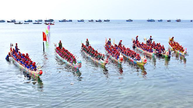 Lễ hội đua thuyền tứ linh thu hút hàng nghìn du khách đến huyện đảo Lý Sơn du xuân.