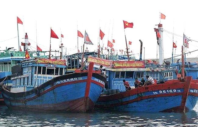 Sáng mồng 2 Tết Mậu Tuất, ngư dân huyện Lý Sơn (Quảng Ngãi) thực hiện nghi lễ mở cửa biển, bắt đầu cho mùa đánh bắt mới. Ảnh: PHẠM MỊNH
