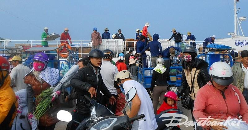 Rất đông hành khách được về đảo Lý Sơn đón Tết cổ truyền của dân tộc.