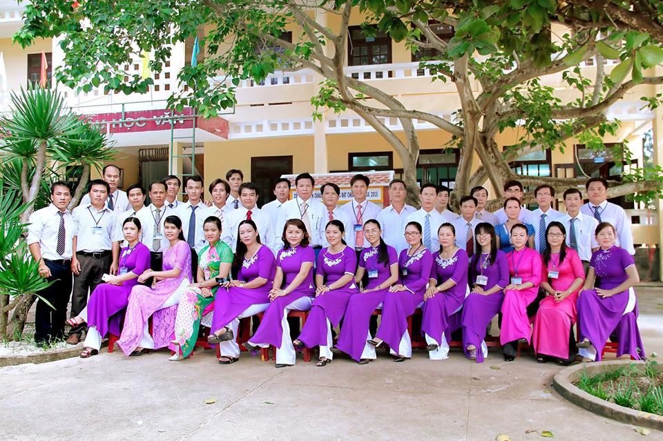 Tập thể giáo viên trường THPT Lý Sơn