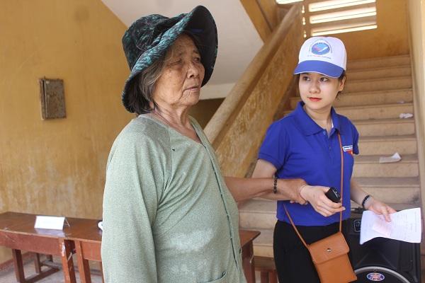 Tuổi trẻ BV ĐKTU Quảng Nam thăm và khám bệnh cho người già neo đơn tại huyện Lý Sơn.