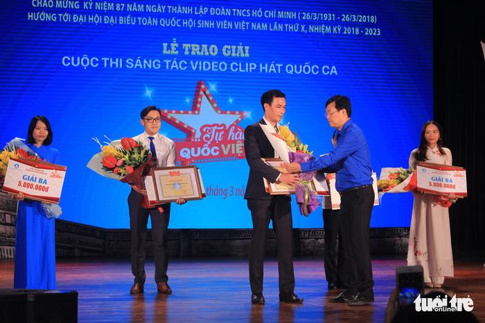 Anh Lê Quốc Phong, Bí thư thứ nhất Trung ương Đoàn trao giải nhất chung cuộc - ẢNH: HÀ THANH